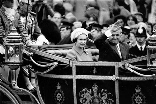 communist-tour-bucharest Queen-Elizabeth-and-Nicolae-Ceausescu
